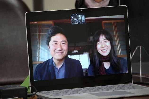 記者会見に臨む原告の想田さん、柏木さん夫妻