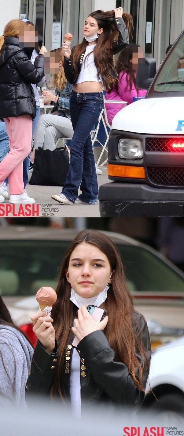 수리 크루즈가 뉴욕에서 15살 생일 맞은 모습이 포착됐다.코로나 시국 답게 마스크를 썼고, 크롭티와 가죽 재킷을 입은