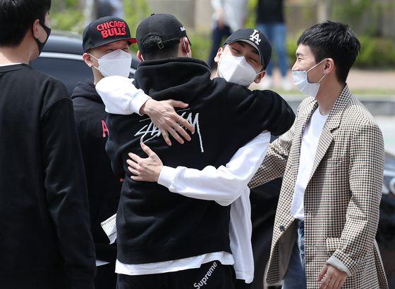 지난 5월 11일 논산 육군 훈련소에 입소하는 비투비 멤버 육성재와 임현식을 배웅하는 정일훈(검정색 LA표시 모자를 쓰고 있는