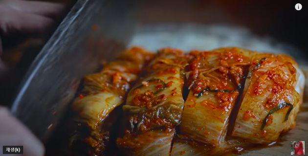 구독자 1400만 명을 보유한 중국 유명 유튜버 리즈치가 김치 담그는 모습과 김치찌개를 끓이는 모습을 보여주며'Chinese Cuisine'(중국 전통요리)라는 해시태그를...