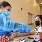 CDC: Ελάχιστα τα περιστατικά λοίμωξης κορονοϊού μετά από διπλό