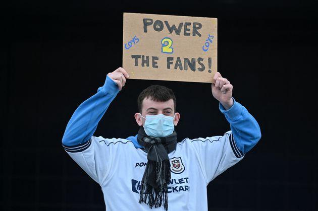 Un seguidor se manifiesta con la Superliga europea en las afueras del estadio Tottenham Hotspur en
