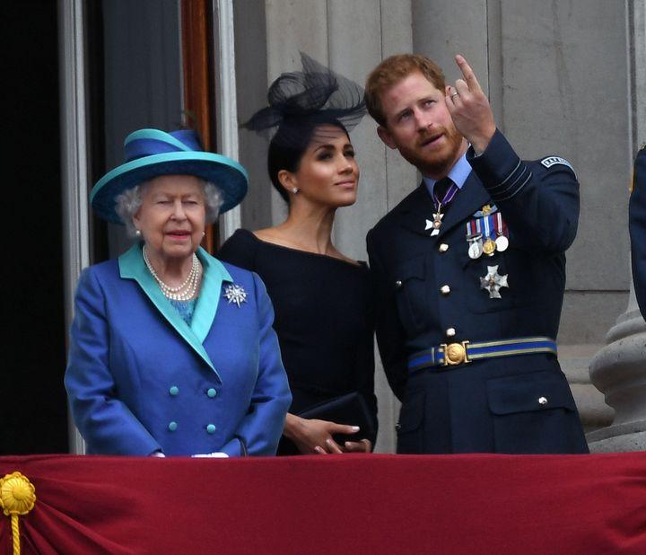 Isabel II junto a Meghan Markle y el príncipe Harry en julio de 2018.