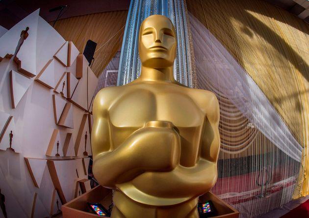 Une statue des Oscars sur le tapis rouge de la cérémonie à Hollywood, le 8 février
