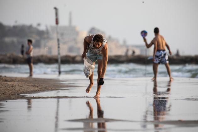 Μαζεύει από τις παραλίες αποτσίγαρα και κερδίζει χιλιάδες ευρώ πουλώντας τασάκια
