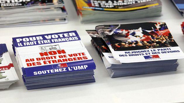 Des tracts de l'UMP (LR aujourd'hui) à l'entrée du siège du parti, le 24 janvier...