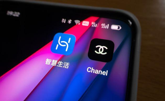 Le logo de Huawei (à gauche) est vertical. Celui de Chanel (à droite),