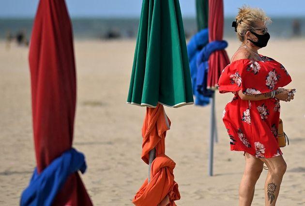 Une femme marche sur plage de Deauville le 5 septembre