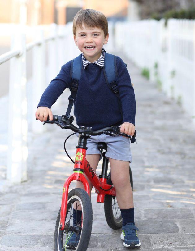 ルイ王子が3歳に。自転車にまたがる笑顔の誕生日写真がキュート