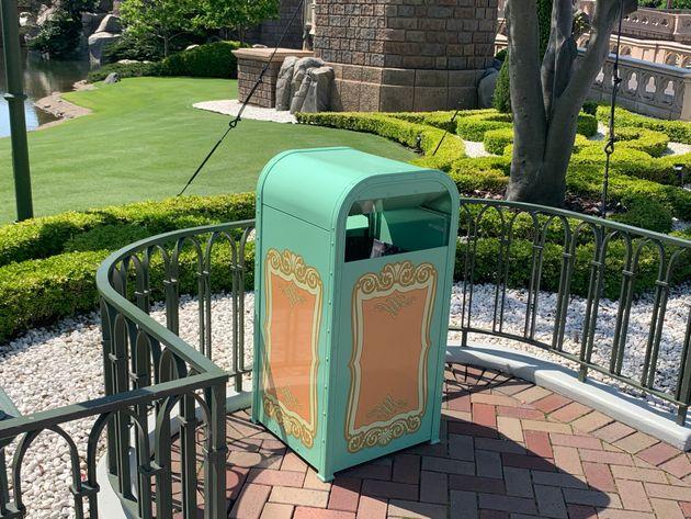 東京ディズニーランドのトラッシュカン(ゴミ箱)。感染対策として、あらかじめ蓋が開けられている