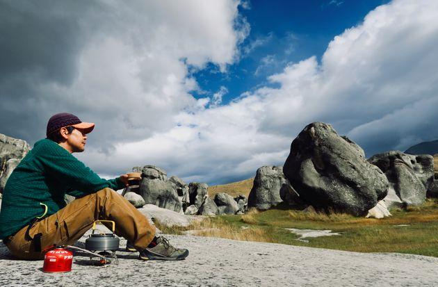 香川倫徳さん。NZ現地のツアー会社「ニュージーランドツーリズムクリエーションズ」で代表を務める。先住民マオリの聖地のひとつで、パワースポットとも言われる「キャッスルヒル」にて。