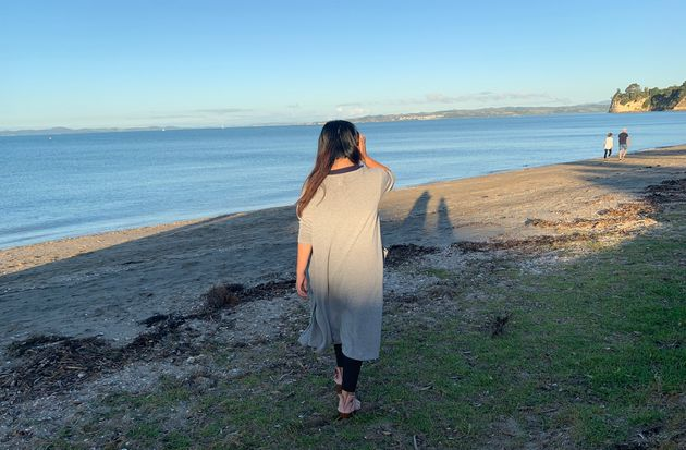 松原マキさん。2008年に家族でNZに移住し、ファミリーキャンプやサステナブルなライフスタイルをYouTubeで発信する。居住地・オークランドのビーチにて。
