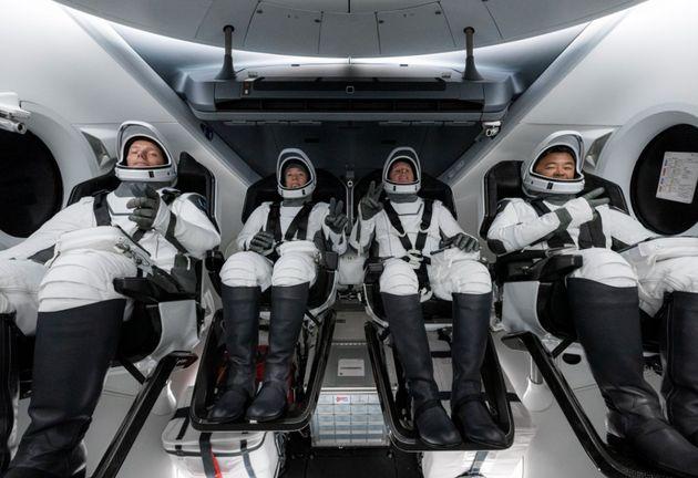 Les 4 astronautes dans le cockpit attendent le décollage vers