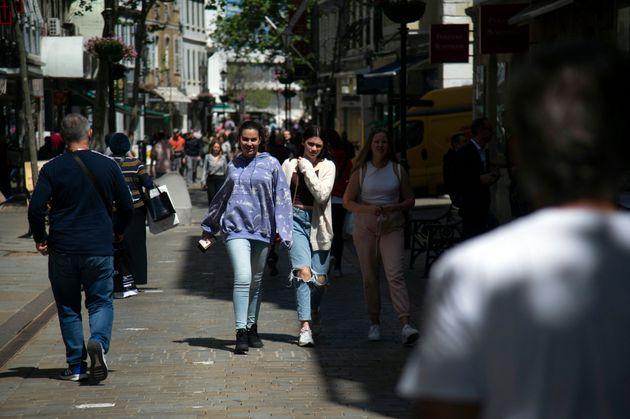 Varias jóvenes pasean por las calles de Gibraltar el 6 de abril de