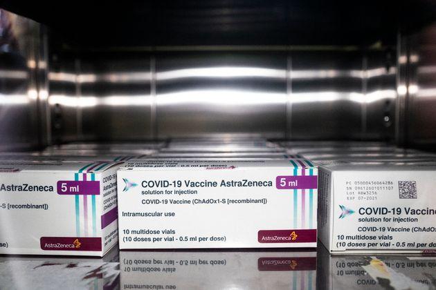 Boîtes contenant des vaccins AstraZeneca à l'hôpital de Sant'Andrea à Vercelli,...