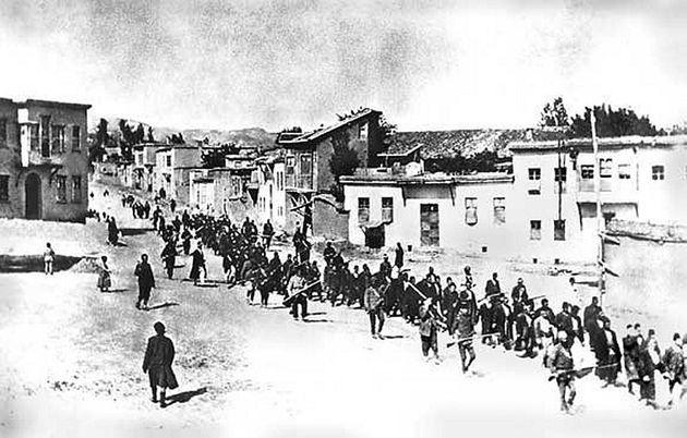 Πορεία προς τον θάνατο. Αρμένιοι άμαχοι, οδηγούμενοι από ένοπλους Οθωμανούς στρατιώτες, περνώντας μέσα...
