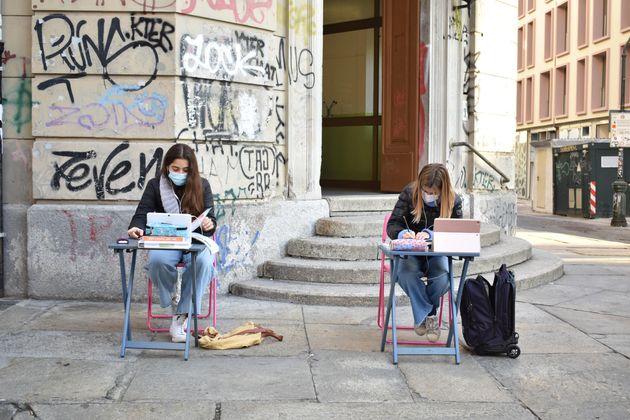 Lisa e Anita, due studentesse della scuola media Italo Calvino di via Sant'Ottavio, sedute al banco in...