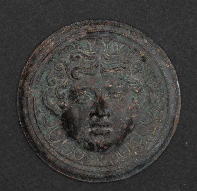 Μαυροπηγή 2019: Χάλκινο μετάλλιο με γοργόνειο, από τη διακόσμηση των φούλκρων της χάλκινης κλίνης της Μαυροπηγής.