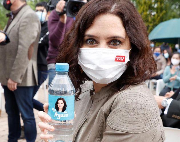 Isabel Díaz Ayuso, con una botella de agua con su