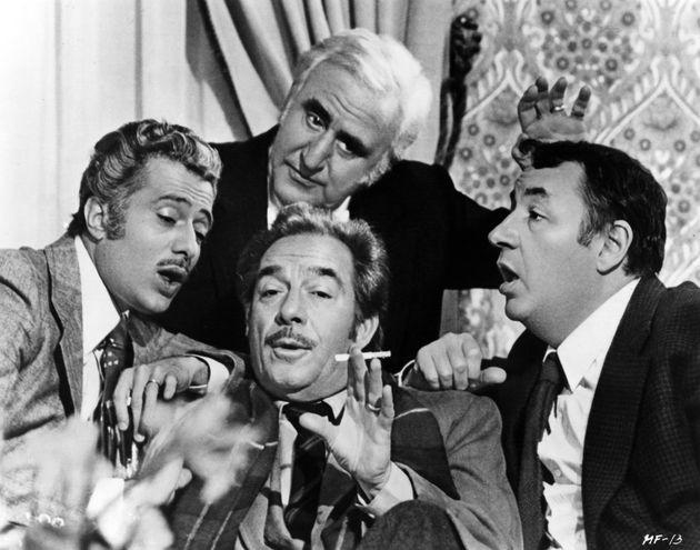 ITALIA - 1975: (LR) Los actores Duilio Del Prete, Ugo Tognazzi, Phillip Noiret y Adolfo Celi (trasero) levantan ...