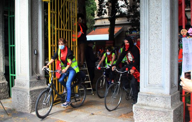 Giovani staffette in bicicletta di Sms Mutuo soccorso cantano Bella Ciao, prima di partire per missione...