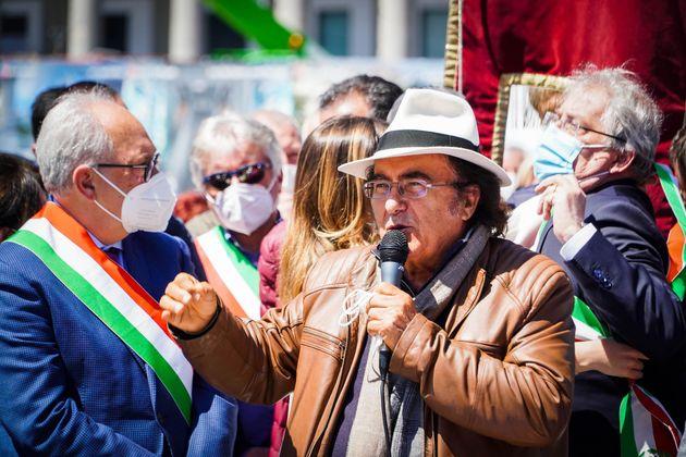 Al Bano al Sit in Recovery Sud di sindaci del Sud in Piazza Plebiscito. Napoli 25 Aprile 2021 ANSA/CESARE