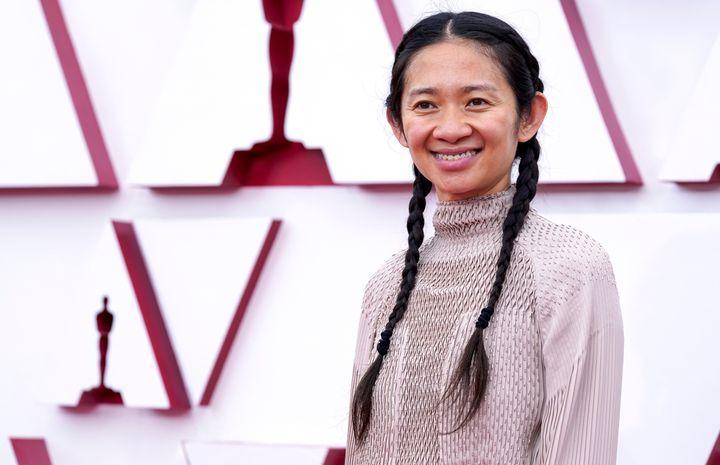 Chloe Zhao en la alfombra roja de los Oscar