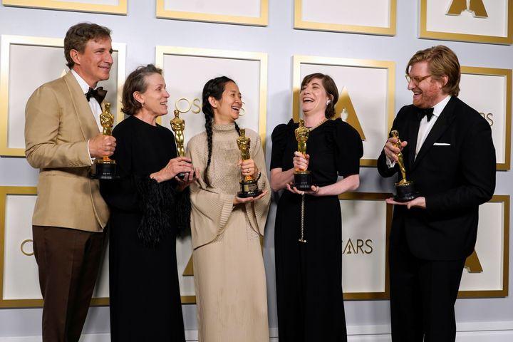 El equipo de 'Nomadland' celebra su triunfo en los Oscar.
