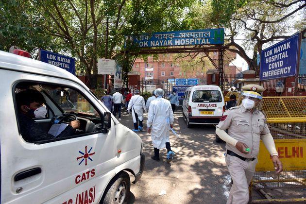 Ινδία: Ο κορονοϊός «καταπίνει» ανθρώπους, τα κρεματόρια κατακλύζονται με
