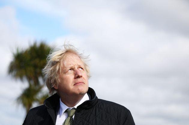 Boris Johnson mira al cielo durante una visita a Perranporth, Cornwall, el pasado 7 de