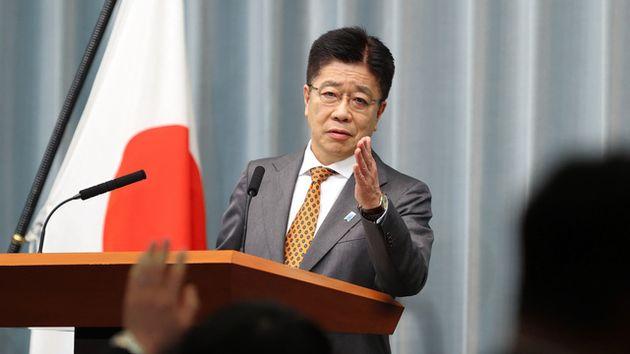 会見で記者を指名する加藤勝信官房長官=2021年4月26日正午、首相官邸、藤原伸雄撮影
