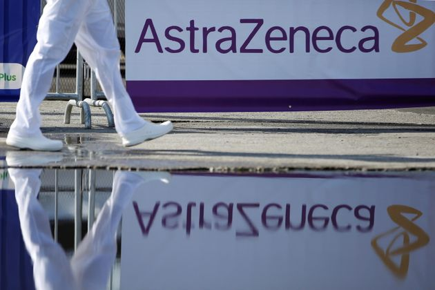 El personal médico camina durante un día de inmunización contra COVID-19 con la vacuna AstraZeneca.  ANSA / Bienvenido