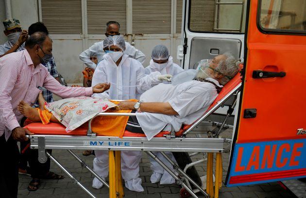 Un patient malade du Covid-19 transféré dans un centre de soin à Ahmedabad, le 26 avril