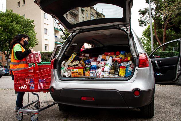 Una voluntaria de la Red de Apoyo Mutuo de Aluche llena un coche de donaciones de