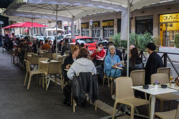 Poca gente all'aperitivo in zona Porta Venezia il lunedì sera primo giorno di zona gialla a Milano, 26...