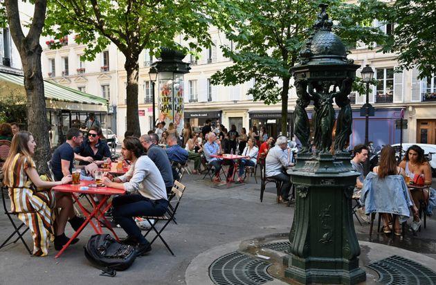 Une terrasse à Paris le 2 juin