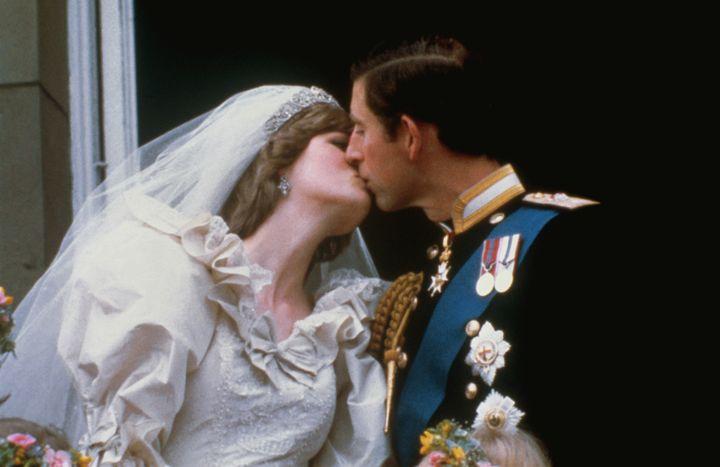 Diana de Gales y el príncipe Carlos besándose en el balcón tras su boda en 1981.