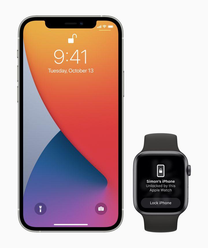 Un iPhone y un Apple Watch con la opción activada para desbloquear el móvil desde el reloj.