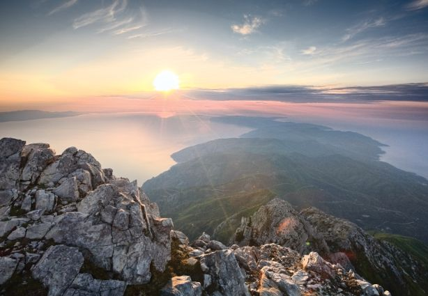 «Της Σιωπής ο Τόπος»: Ένα μουσικό ταξίδι στο Άγιο Όρος με τον Γ. Νταλάρα και τον Τζ.