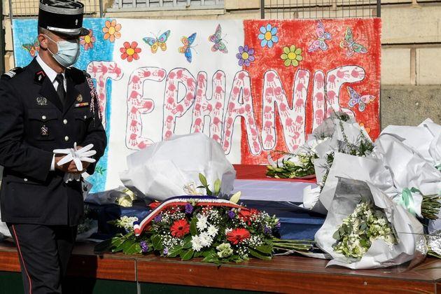 Un policier rend hommage Stéphanie M, fonctionnaire de police assassinée, photo prise à Rambouillet le...