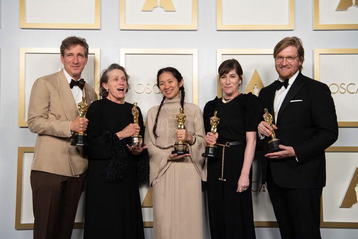 Peter Spears, Frances McDormand, Chloe Zhao, Mollye Asher y Dan Janvey, ganadores de Mejor película por 'Nomadland', posan en la 93 entrega de los Premios Oscar en Los Ángeles, California.
