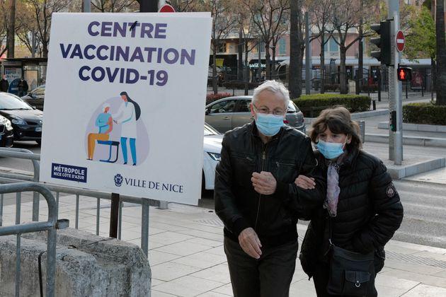Un couple arrive devant un centre de vaccination contre le Covid-19 (photo