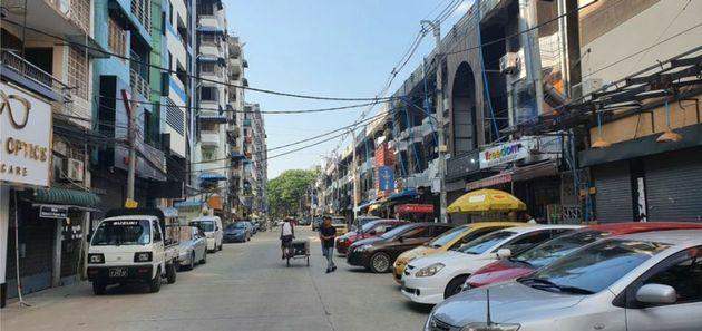 現在のヤンゴン 人通りは少なく、店の多くがシャッターを閉めている