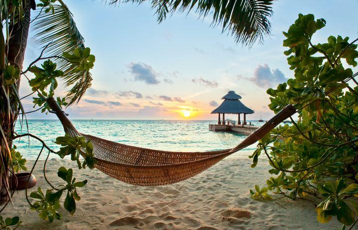 해가 지고 있는 몰디브 해변의 모습