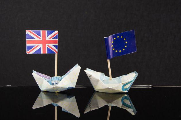 Montaje con las banderas de la UE y Reino