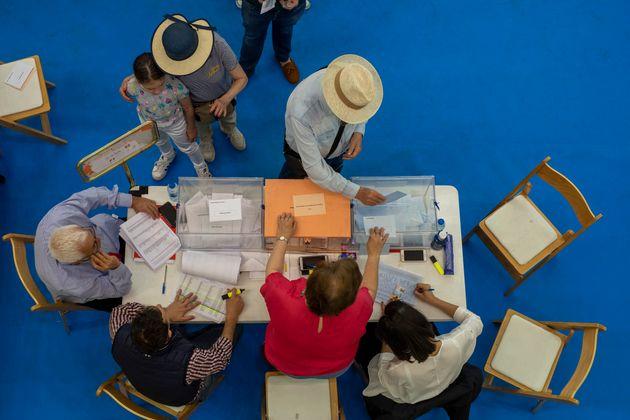 Ciudadanos votan en las elecciones regionales de mayo de 2019, en un colegio electoral de