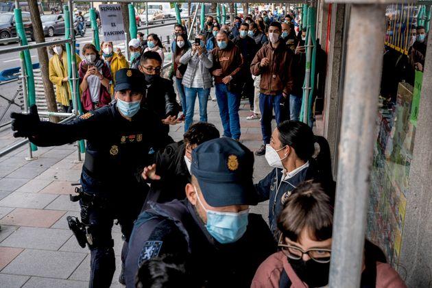 La Policía dispersa a varias personas que se manifestaban en contra de un mitin de Vox en el barrio...