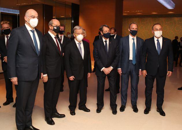 Γενεύη από αριστερά ο Έλληνας ΥΠΕΞ Νίκος Δένδιας, ο πρόεδρος του ψευδοκράτους Ερσίν Τατάρ, τρίτος στα αριστερά είναι ο ΓΓ του ΟΗΕ Αντόνιο Γκουτέρες δίπλα του ο πρόεδρος της Κυπριακής Δημοκρατίας Νίκος Αναστασιάδης. Δίπλα του στέκεται ουπουργός Εξωτερικών του Ηνωμένου Βασιλείου κ. Ντόμινικ Ράαμπ μαζί με τον Τούρκο ΥΠΕΞΜεβλούτ Τσαβούσογλου.