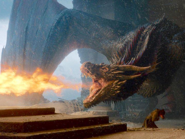 Uno de los dragones de Daenerys quema el trono de hierro en el episodio final de 'Juego de tronos'.