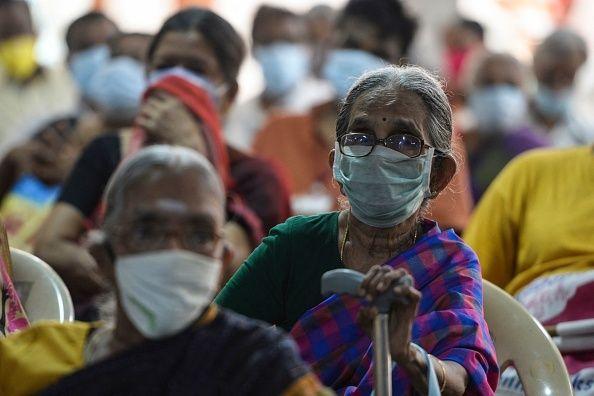 Ciudadanos indio esperan a recibir la vacuna contra el